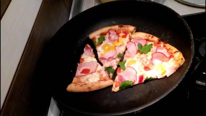 Пицца будет вкусной и ароматной, если использовать фольгу. /Фото: i.ytimg.com