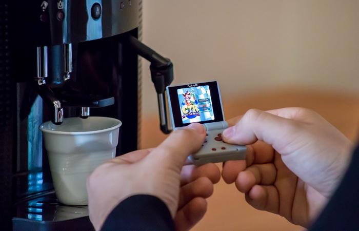 Время, пока автомат готовит кофе, можно провести за ретро-игрой