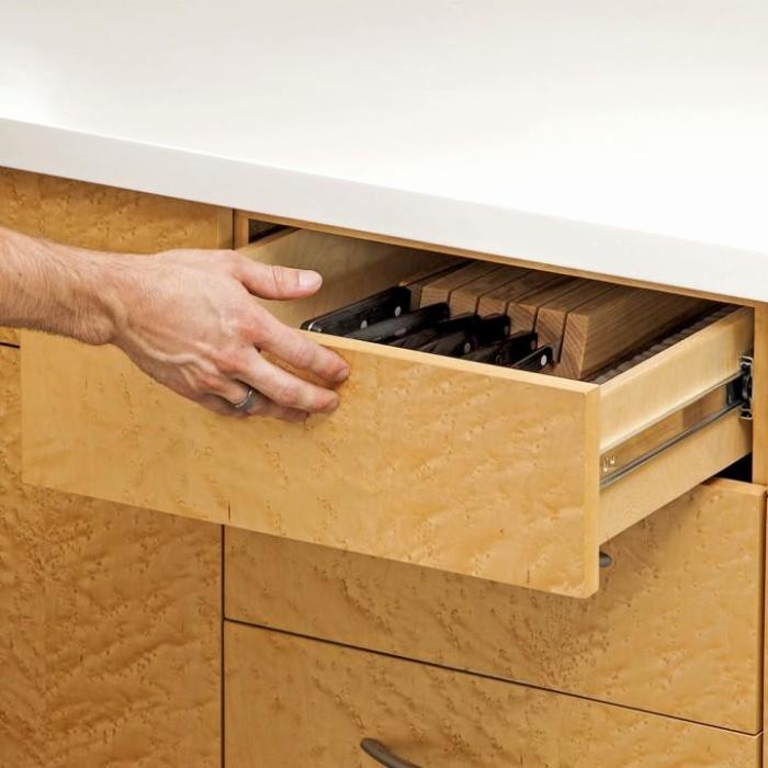 Если выдвижной ящик не задвигается или делает это с видимым усилием, пора пустить в ход хитрость. /Фото: 7ft-seo.com
