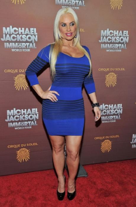 Коко Аустин явно не украшает облегающее платье, а горизонтальные полосы добавляют объем и уменьшают рост. /Фото: pictures.stylebistro.com