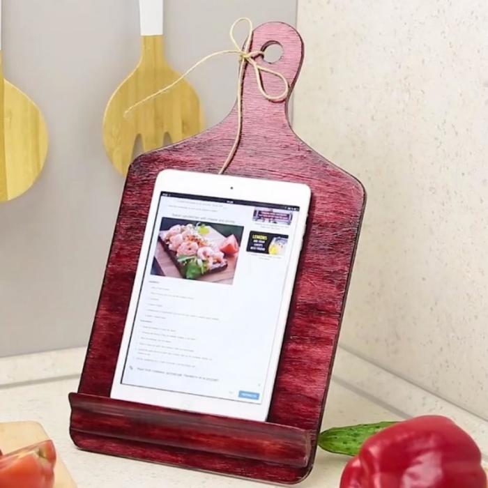 Разделочную доску можно использовать для создания оригинальной подставки под гаджет. /Фото: nastroy.net