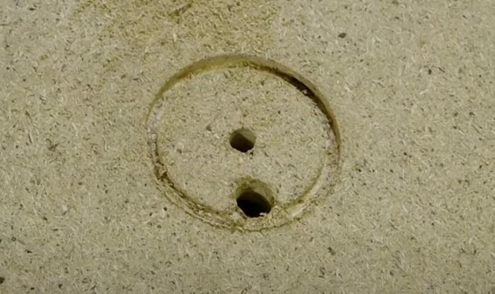 Отверстие послужит для отвода стружки. /Фото: youtube.com/watch?v=k7BVTc17xL0