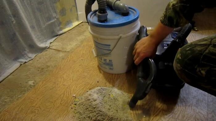 Уборка строительной пыли будет эффективной с улучшенным вариантом самодельного пылесоса. /Фото: i.ytimg.com