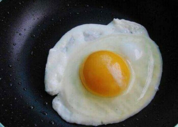 Оригинальный способ приготовления яичницы. /Фото: nastroy.net
