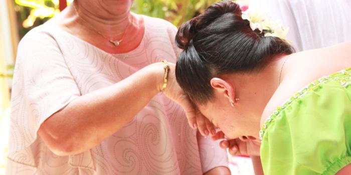 На Филиппинах с близкими людьми здороваются особенным образом. /Фото: cdn.elenaruvel.com
