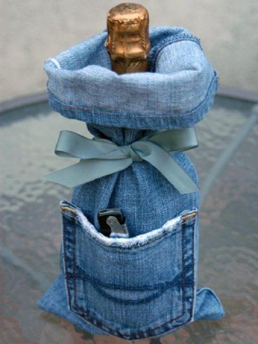 Джинсовая сумочка для вина выглядит очень мило и непосредственно. /Фото: i.pinimg.com