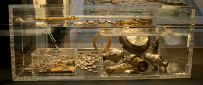 Хоксненский клад — самый большой клад позднего римского золота и серебра, обнаруженного в Великобритании, а также самая крупная коллекция серебряных и золотых монет IV и V веков, найденных за пределами Римской Империи. /Фото: i1.wp.com