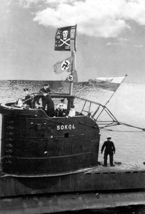 Польская субмарина ORP Sokol подняла «Веселый Роджер» и два немецких флага в знак спешного похода. /Фото: upload.wikimedia.org