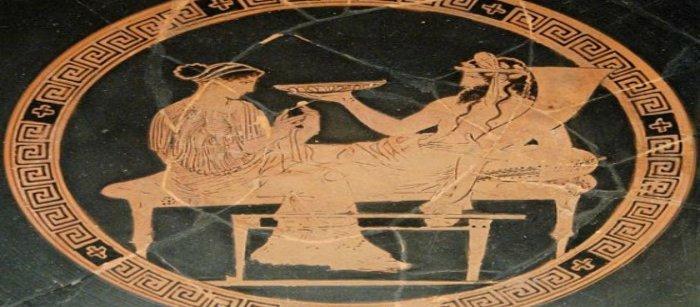 Древние греки принимали пищу полулежа, опираясь на подушки. /Фото: pronews.gr
