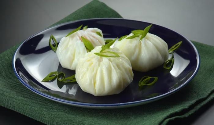 Сваренное в пищевой пленке яйцо-пашот приобретает красивую форму.