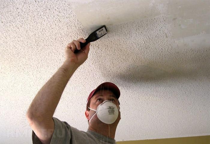Хлорка с водой — один из способов удаления пятен на потолке. /Фото: akvamarin-kraski.ru