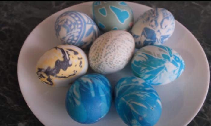 Яйца, покрашенные шелковой тканью. /Фото: youtube.com/watch?v=7M4L7CDVwAg