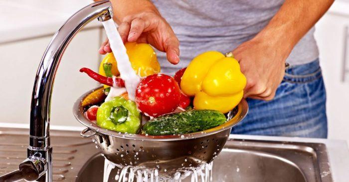 Можно мыть фрукты водой, но лучше – вином. /Фото: ias-indonesia.com