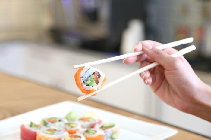 Палочки для еды – не игрушка. /Фото: cdn.instructables.com