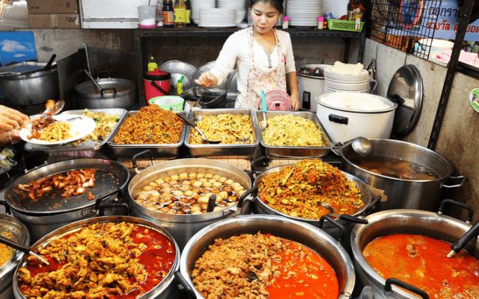 Еда в Таиланде продается прямо на улицах. /Фото: turtai.com
