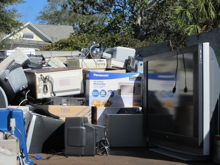 Не стоит светить коробками из-под дорогих предметов на улице. /Фото: militaryzerowaste.files.wordpress.com