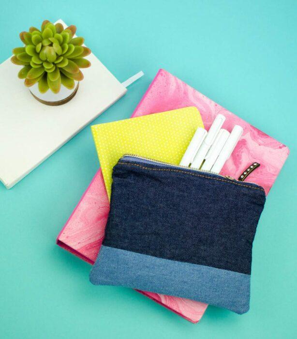 Двухцветная сумочка для мелочей легко шьется своими руками. /Фото: d3hpqhobc0jvex.cloudfront.net