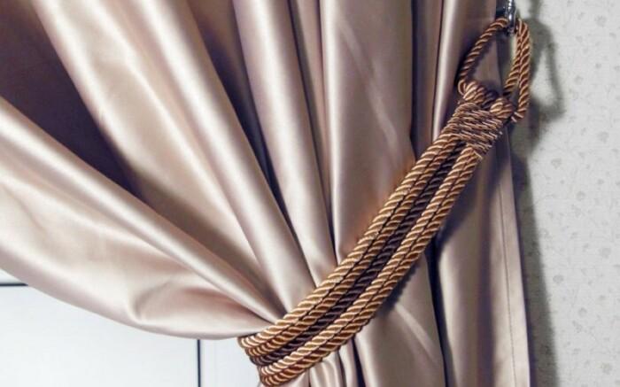 Подхваты для штор — это не только декоративное, но и функциональное решение. /Фото: shtoruvdom.com