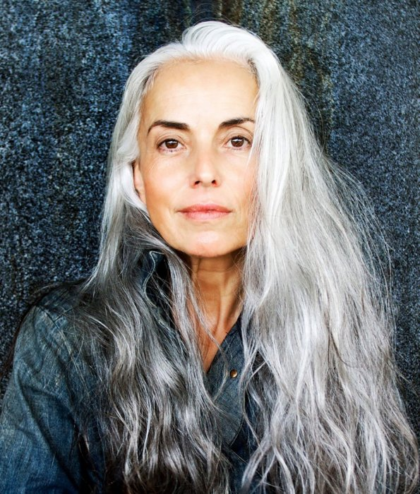 Чтобы морщинки не бросались в глаза, от длинных волос лучше избавиться. /Фото: gdsit.cdn-immedia.net