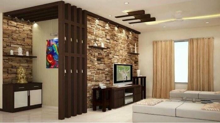 Камень в сочетании с деревом создают гармоничный интерьер гостиной. /Фото: i.ytimg.com