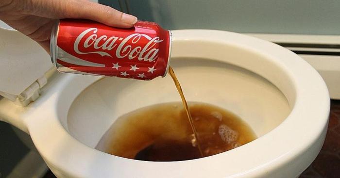 Стоит ли мыть кока-колой унитаз или лучше все же выпить ее и немного освежиться? /Фото: 4.bp.blogspot.com