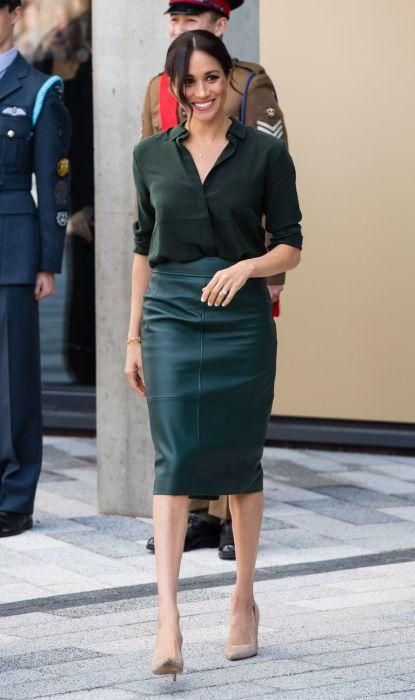 Стильный монохромный образ Меган Маркл: кожаная юбка в сочетании с блузой близкого оттенка. /Фото: ltsimages.blob.core.windows.net