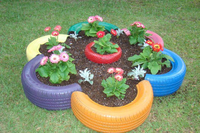 Автомобильные покрышки помогают разнообразить вид клумб. /Фото: cdn.woodynody.com