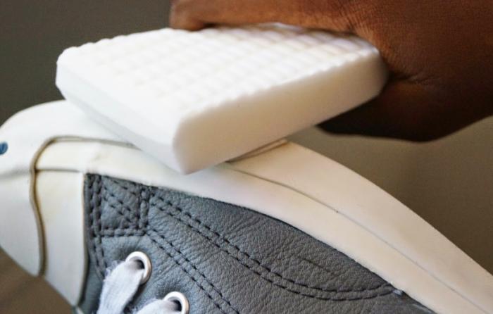 Вернуть сияющую белизну обуви поможет меламиновая губка. /Фото: lh3.googleusercontent.com