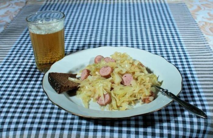 Сосиски с тушеной капустой под пиво «Жигулевское». /Фото: 4.404content.com