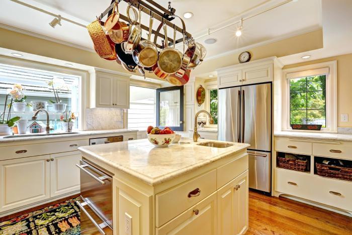 Размещение посуды на крючках над разделочным столом. /Фото: kingsofsro.com