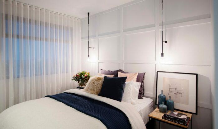 С занавесками без ламбрекенов потолок устремляется ввысь. /Фото: katrinaleechambers.com