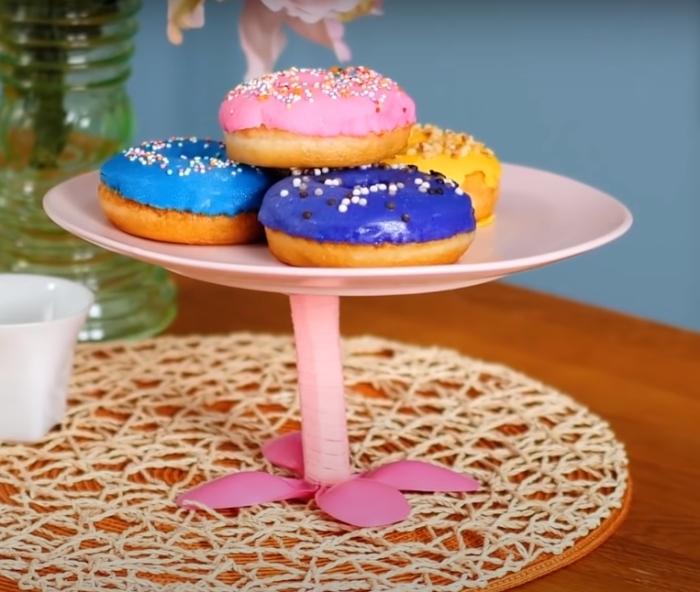 Подставка, с которой десерты и другие блюда на столе будут смотреться более впечатляюще. /Фото: youtube.com
