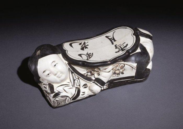 Керамическая подушка, династия Цзинь. /Фото: britishmuseum.org