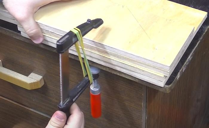 Несколько резинок, и работать с F-образной струбциной можно одной рукой. /Фото: youtube.com/watch?v=EqSPW0_OAPE