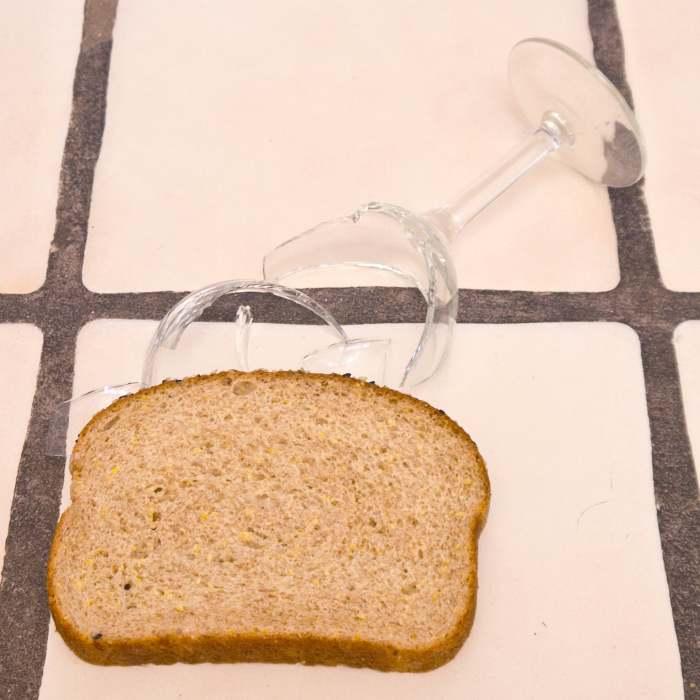 Ломтик хлеба не зря имеет губчатую поверхность — она пригодится для уборки. /Фото: media1.popsugar-assets.com