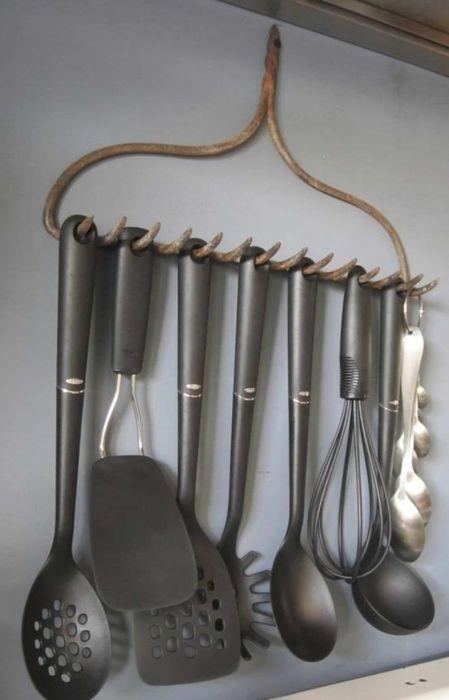 Зубья грабель – готовая вешалка. /Фото: i.pinimg.com
