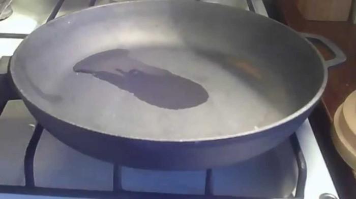 Еда не прилипнет к сковороде, если предварительно ее как следует обработать. /Фото: i.ytimg.com