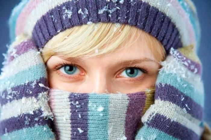 Если мерзнет голова, надо просто надеть теплую шапку или повязать платок. /Фото: ukranews.com