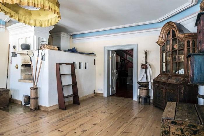 Общий зал терема: обстановка погружает в атмосферу прошлого века. /Фото: a0.muscache.com