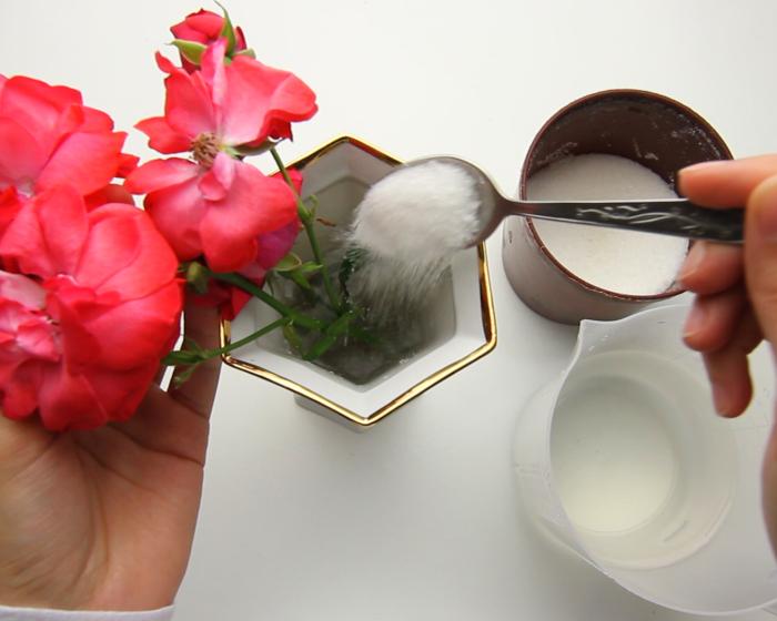 Сохраните цветы с сахаром. /Фото: wikihow.com
