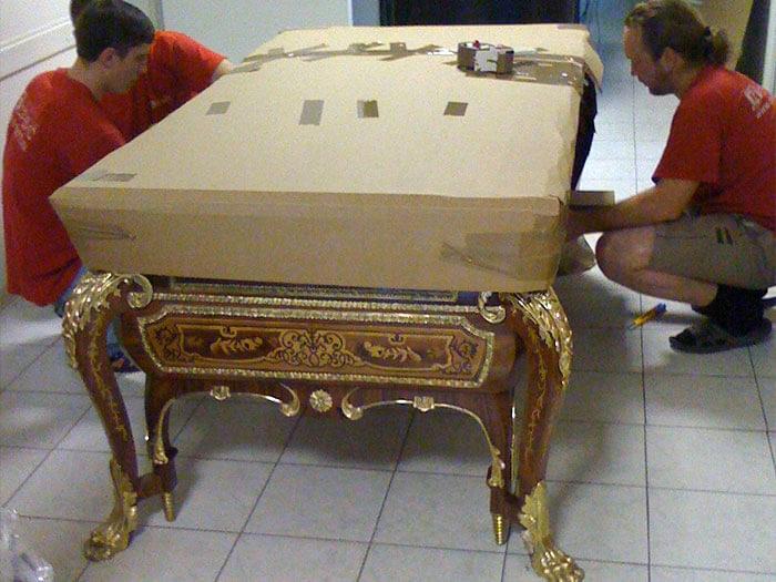 Вот так упаковывается антикварный стол. /Фото: pereezd-service.ru