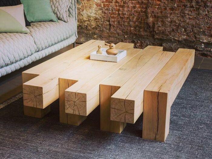 Из остатков древесины можно создать очень оригинальный и атмосферный кофейный столик. /Фото: i.pinimg.com