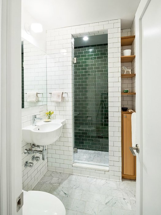 Яркий акцент в виде двери душевой изумрудного цвета. /Фото: img.home-mo.com