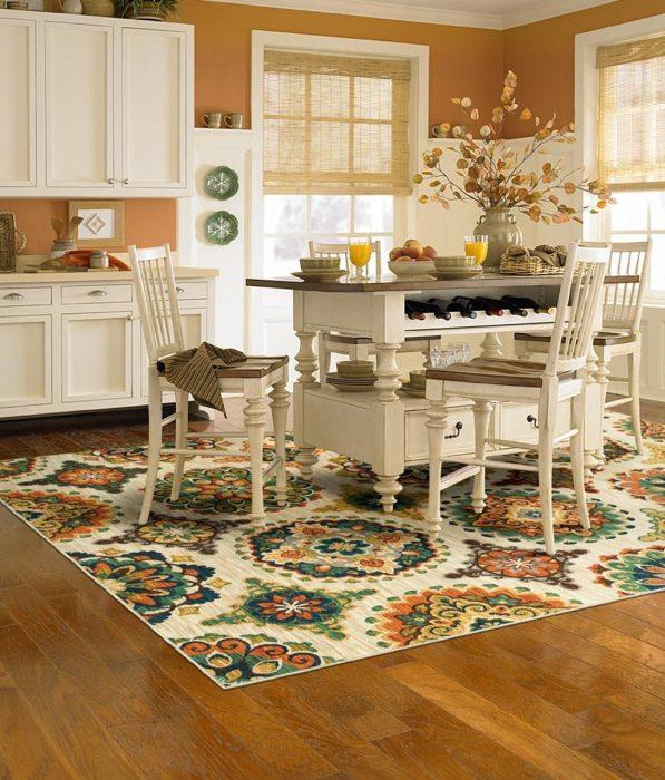 Яркая деталь способна придать особый шарм даже самой маленькой кухне. /Фото: kristinreiter.com