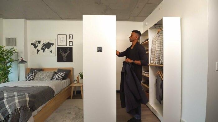 Дополнительное место для хранения одежды без ущерба свободному пространству. /Фото: i.ytimg.com