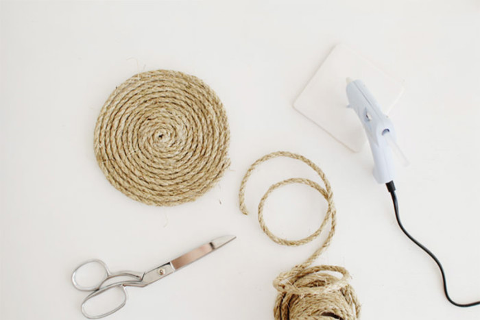 Практичные подставки из джутовой веревки органично вписываются в интерьер. /Фото: limaonagua.com.br