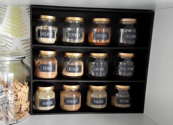 Золотистые крышки баночек гармонируют с черной стойкой. /Фото: youtube.com
