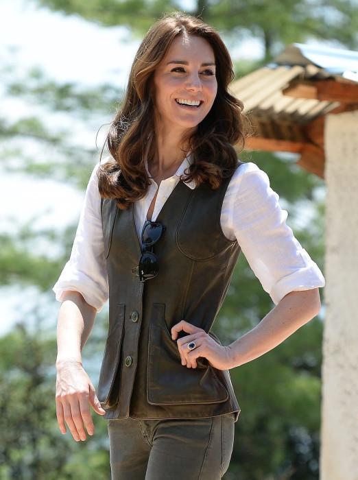 Герцогиня Кейт Миддлтон — пример для подражания. Укороченный оливково-зеленый жилет поверх классической белой рубашки — пример безупречного вкуса и английского стиля. /Фото: i.blogs.es