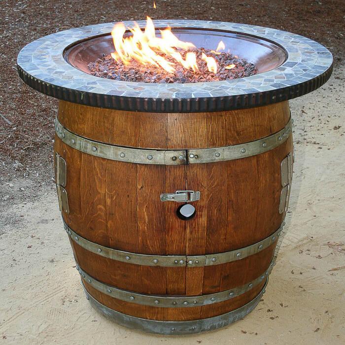 Бочка удобный вариант для обустройства кострища на даче. /Фото: homebnc.com