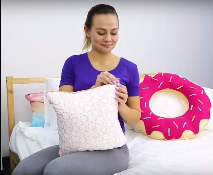 Креативную подушку в виде пончика можно сделать самостоятельно, без особых усилий.